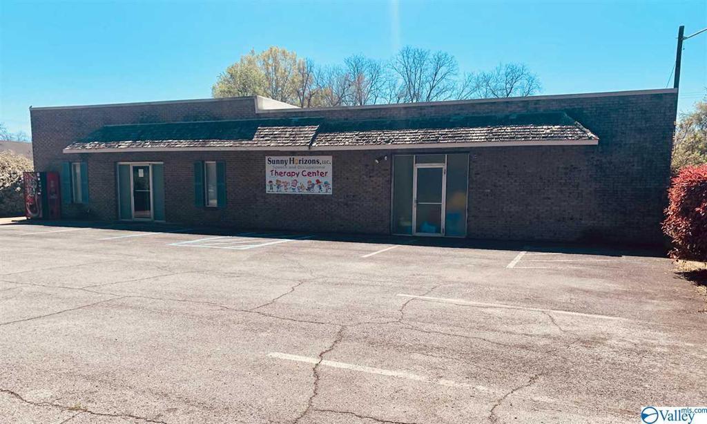 Photo of home for sale at 305 Peachtree Street W, Scottsboro AL