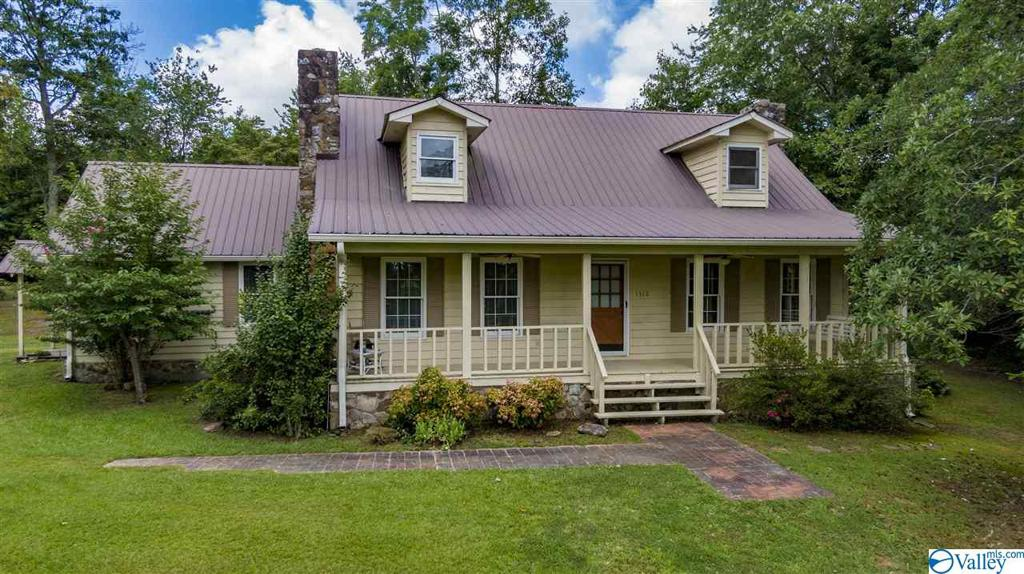 Photo of home for sale at 1512 Skyline Avenue, Fort Payne AL