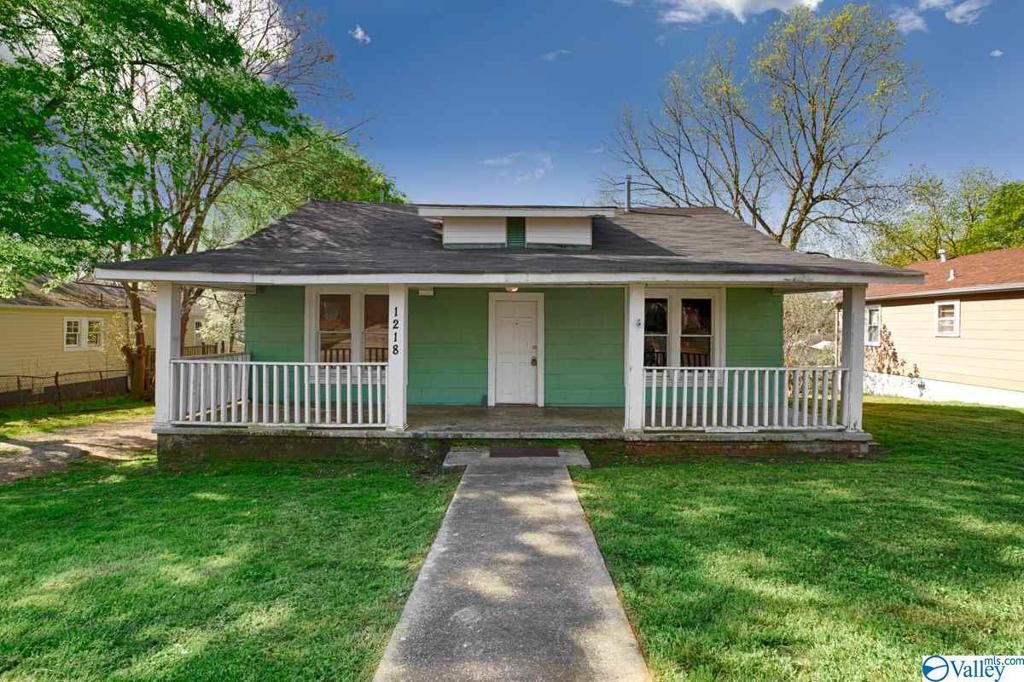 Photo of home for sale at 1218 Oakwood Avenue, Huntsville AL