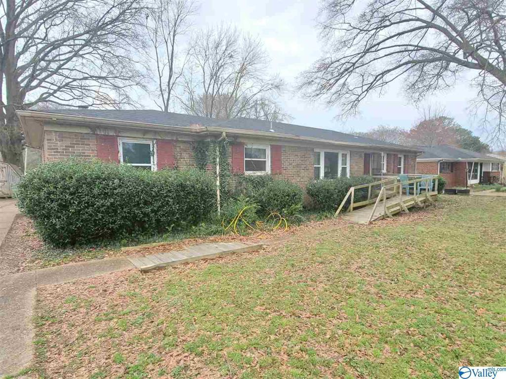 Photo of home for sale at 4410 Lakeview Drive, Huntsville AL