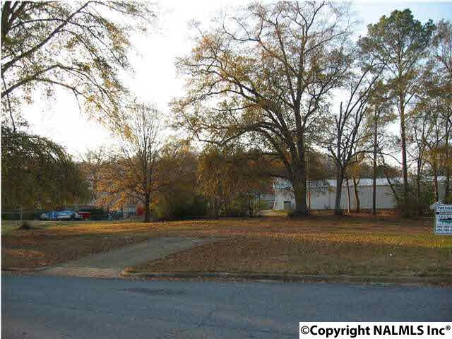 Photo of home for sale at 1400 Rayburn Avenue, Guntersville AL