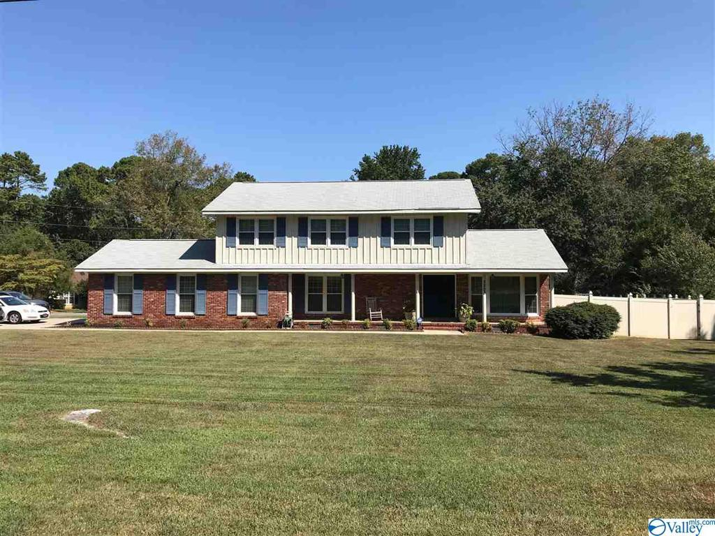Photo of home for sale at 3202 Mountainview Drive, Decatur AL