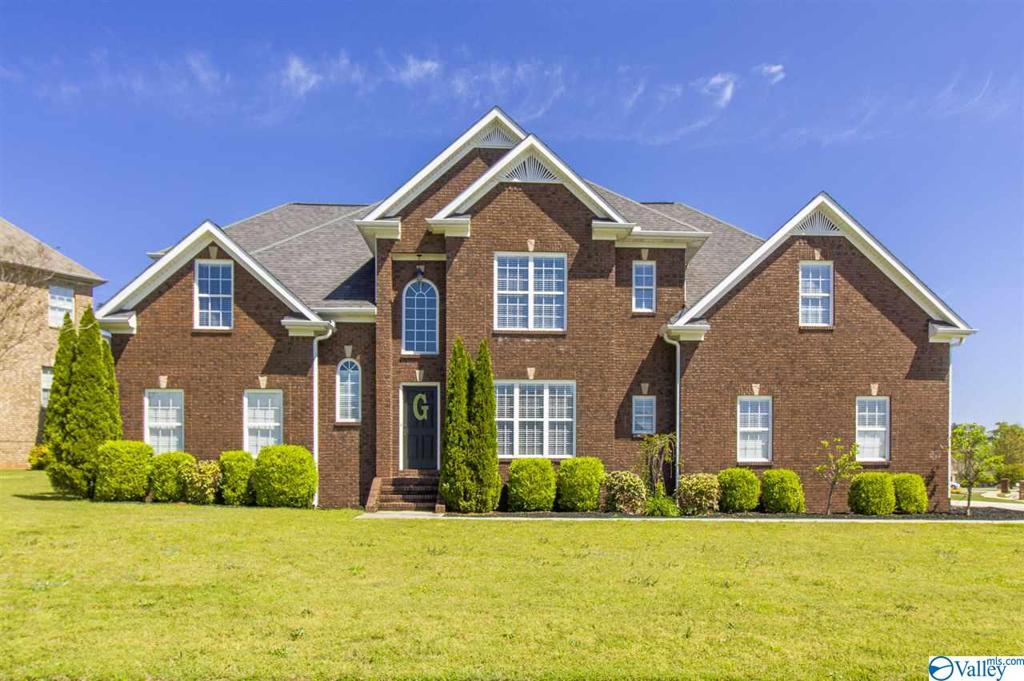 Photo of home for sale at 15 Belmont Drive, Decatur AL