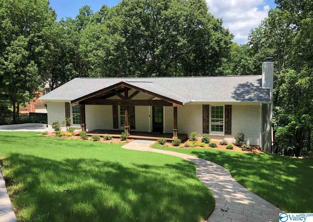Photo of home for sale at 1709 Mountainbrook Drive, Huntsville AL