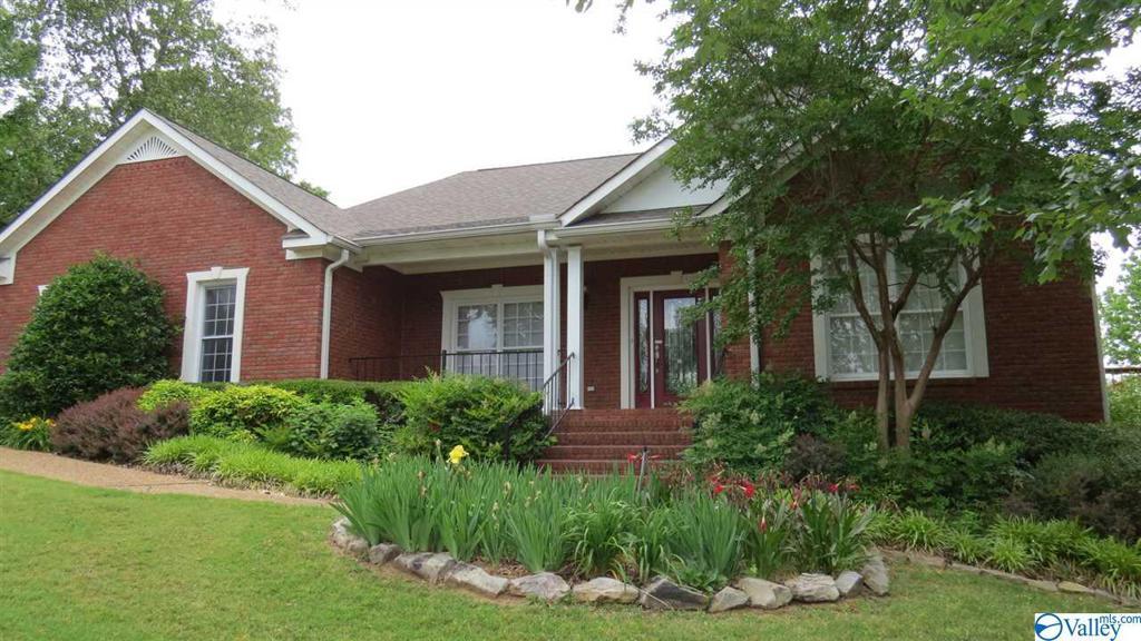 Photo of home for sale at 121 Eagle Ridge Drive, Guntersville AL