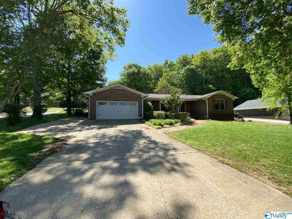 Photo of home for sale at 2803 Willow Beach Road, Guntersville AL