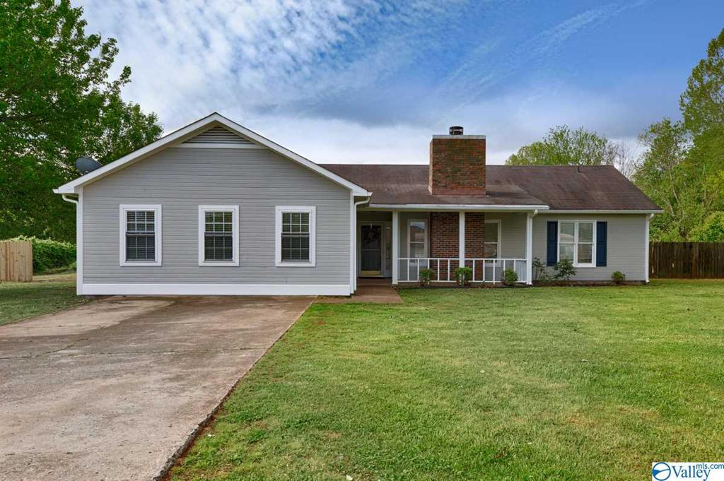 Photo of home for sale at 117 Molly Bette Drive, Huntsville AL