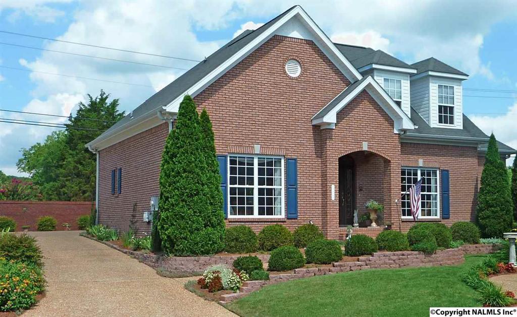 Photo of home for sale at 922 Village Court, Decatur AL