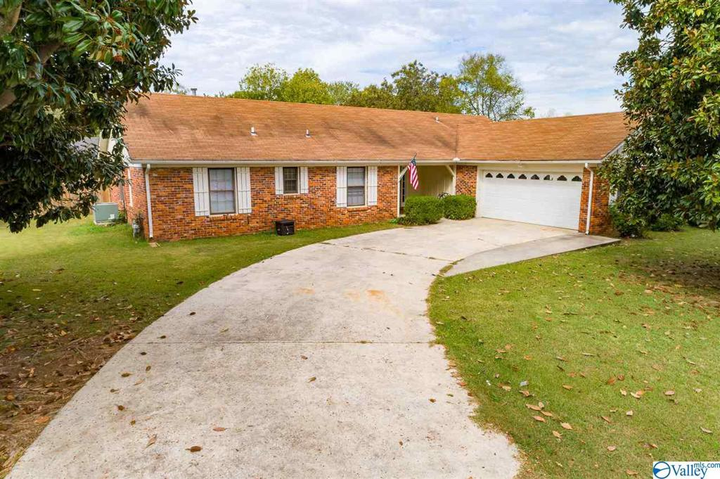 Photo of home for sale at 2021 Clayton Avenue, Decatur AL