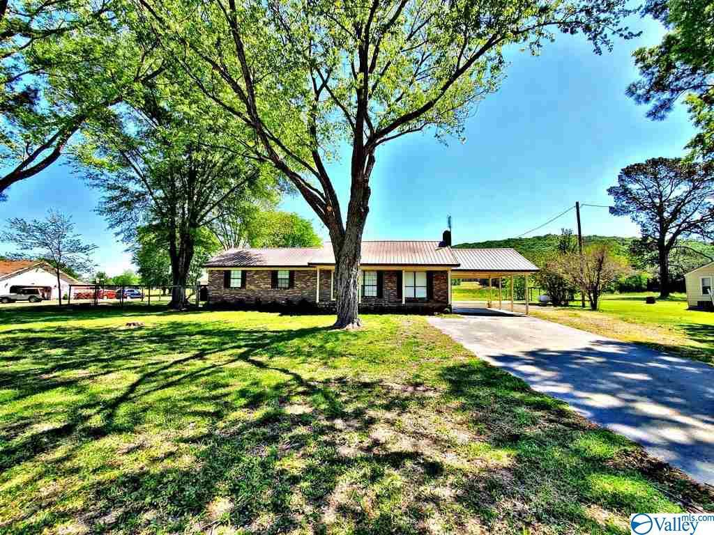 Photo of home for sale at 136 Robinson Road N, Hartselle AL