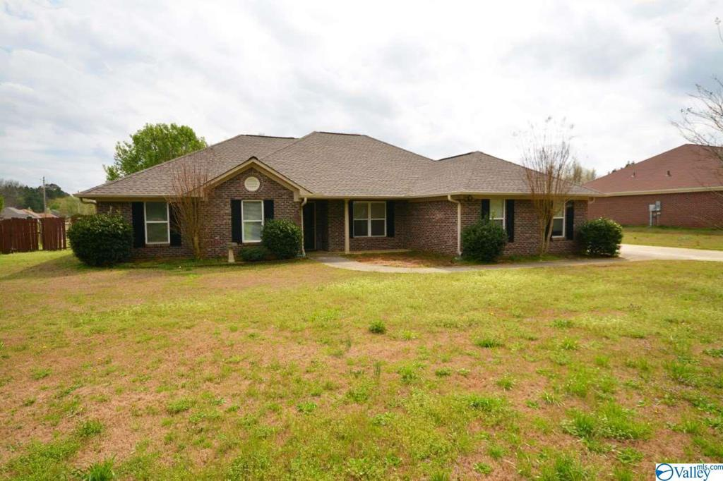 Photo of home for sale at 596 Robins Road, Harvest AL