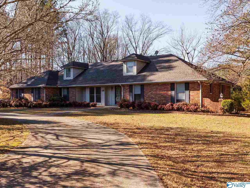 Photo of home for sale at 110 Wimbledon Road, Brownsboro AL