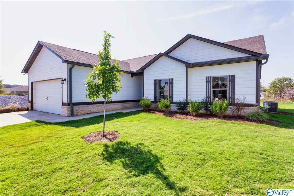 Photo of home for sale at 1790 Dug Hill Road, Brownsboro AL