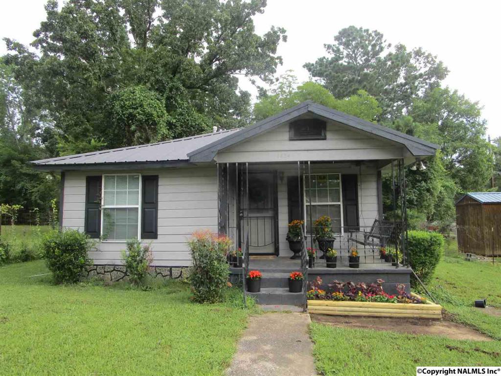 Photo of home for sale at 1424 Meadowbrook Avenue, Gadsden AL