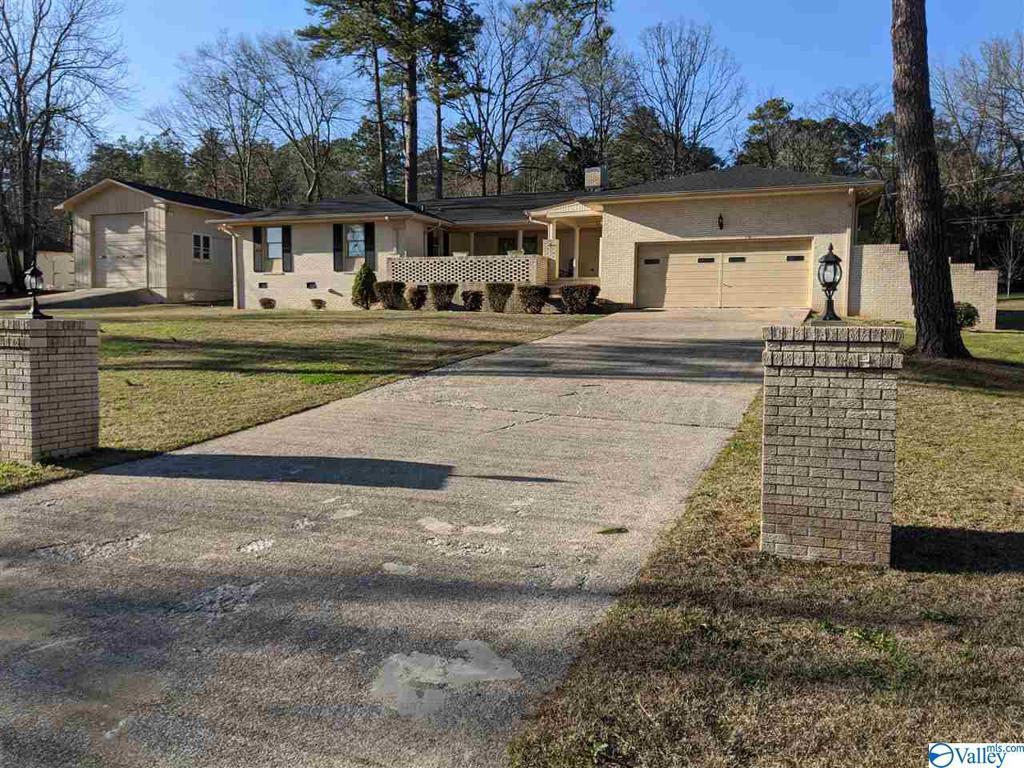 Photo of home for sale at 207 Southview Avenue, Gadsden AL