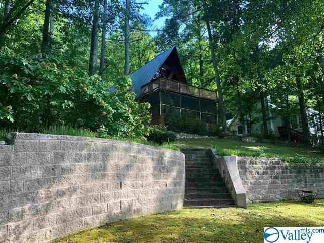 Photo of home for sale at 4456 Leaning Beach Drive, Guntersville AL