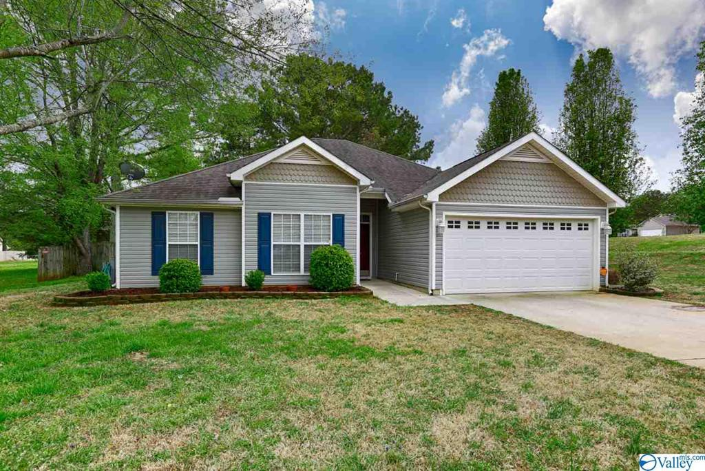 Photo of home for sale at 108 Ann Bradley Drive, Huntsville AL