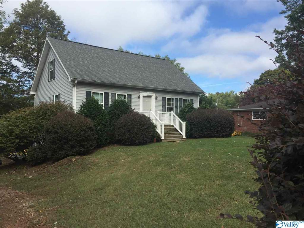 Photo of home for sale at 1805 Wooddale Drive, Huntsville AL