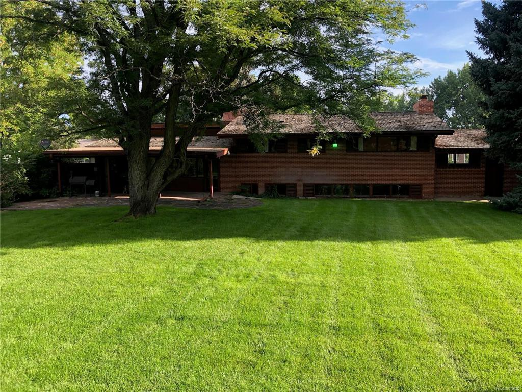 Photo of home for sale at 14 Niblick Lane, Littleton CO