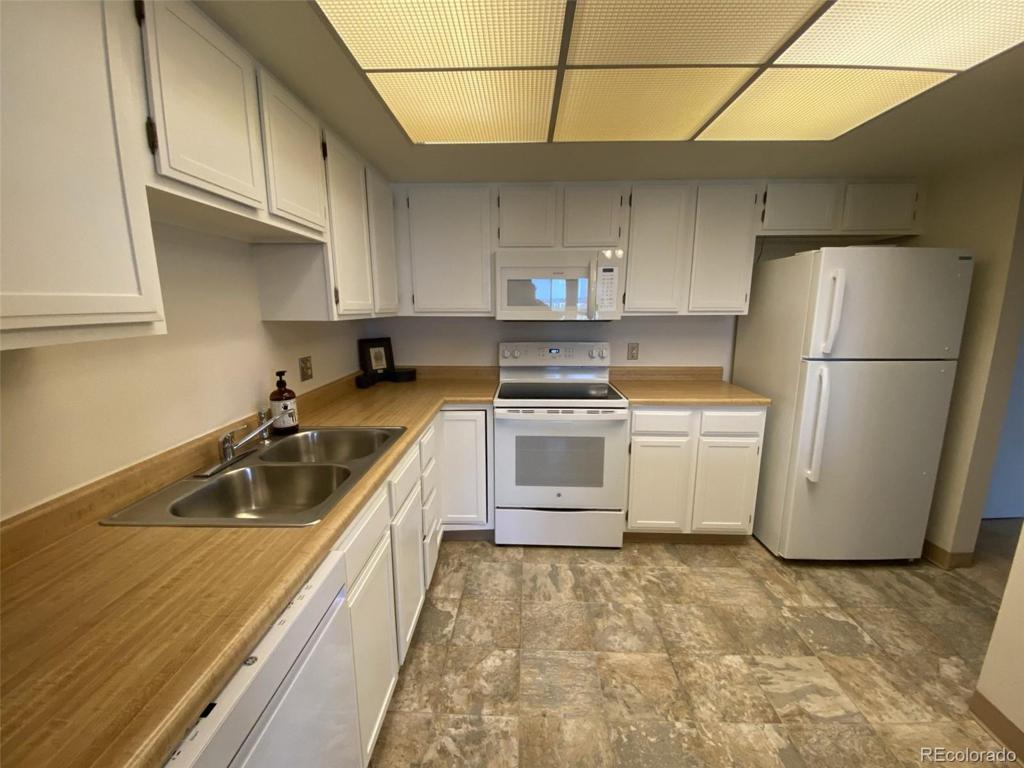 Photo of home for sale at 13902 Marina Drive E, Aurora CO