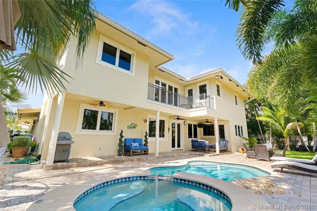 Photo of home for sale at 2341 48th Ct NE, Lighthouse Point FL