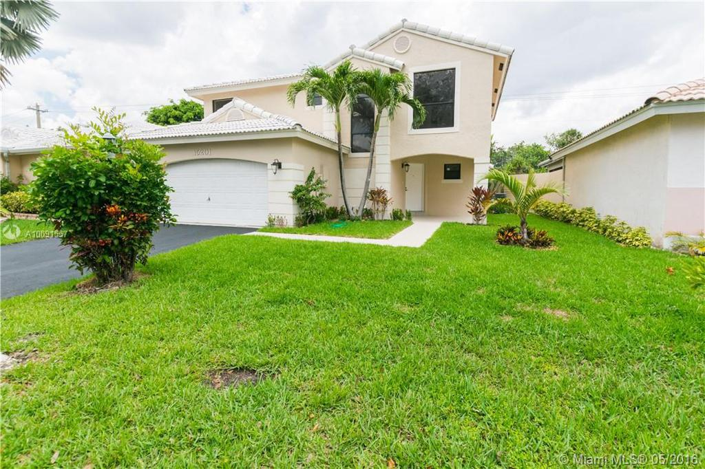 Photo of home for sale at 15201 Norfolk Ln, Davie FL