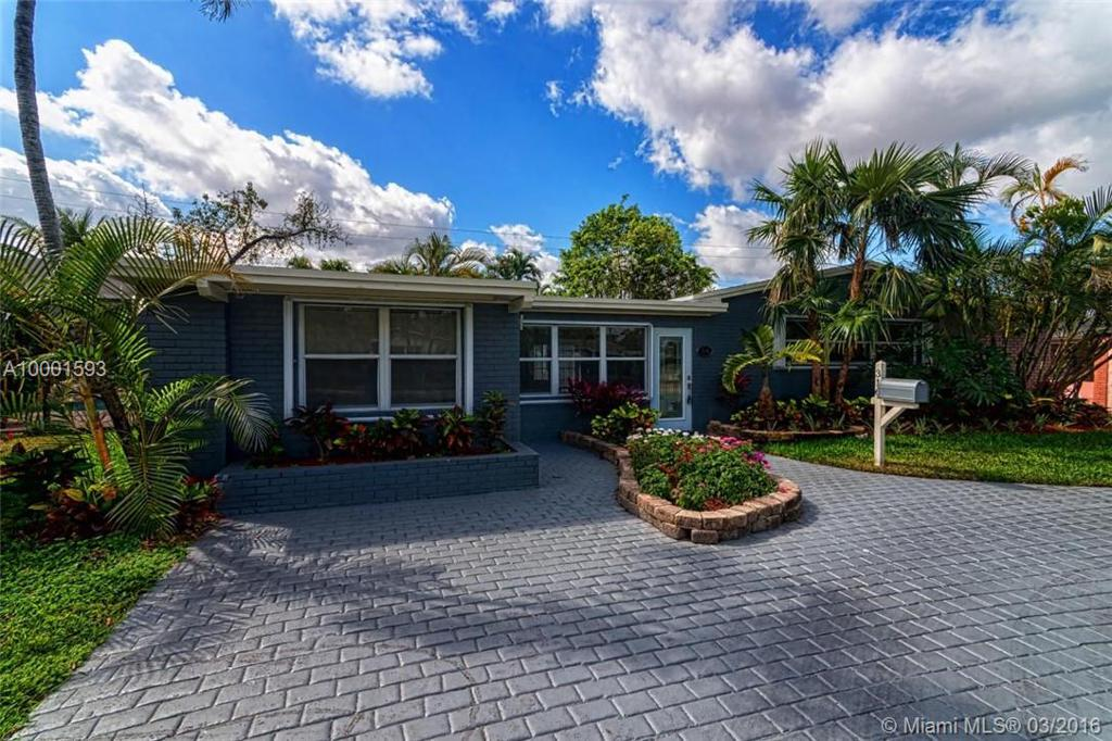 Photo of home for sale at 316 27 Dr NE, Wilton Manors FL