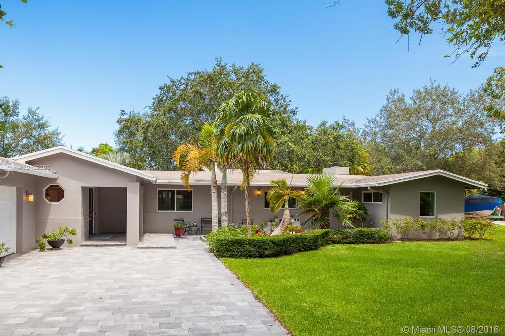 Photo of home for sale at 12499 80 Ave SW, Pinecrest FL
