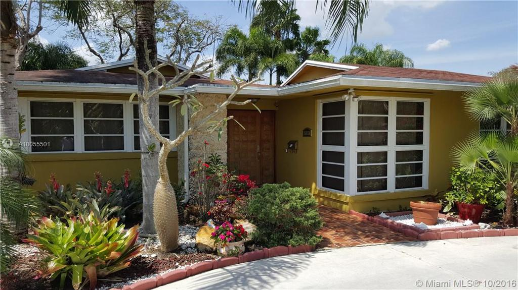 Photo of home for sale at 15050 88th Ave SW, Palmetto Bay FL