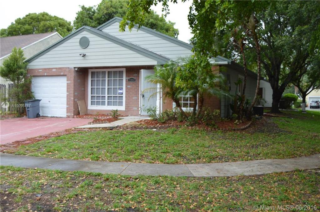 Photo of home for sale at 1251 85th Ave SW, Pembroke Pines FL