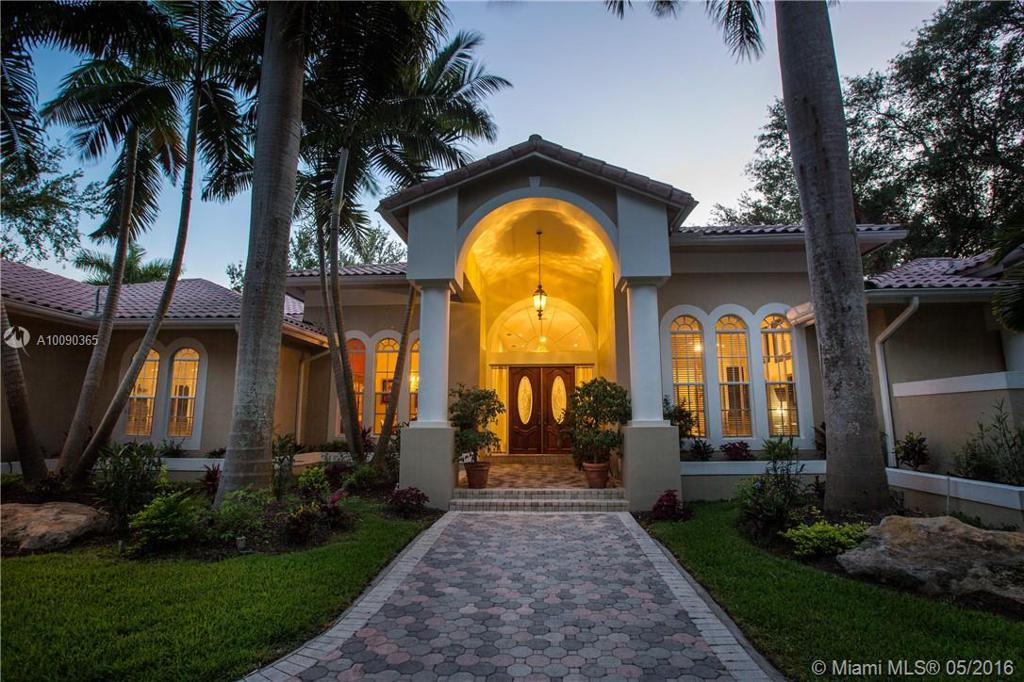 Photo of home for sale at 9390 63rd Ct SW, Pinecrest FL