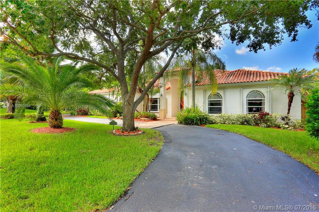 Photo of home for sale at 7400 132nd St SW, Pinecrest FL