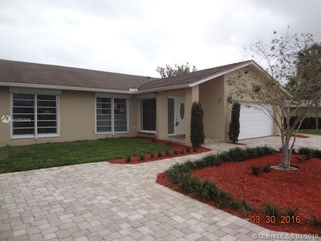 Photo of home for sale at 4706 Holly Dr, Tamarac FL