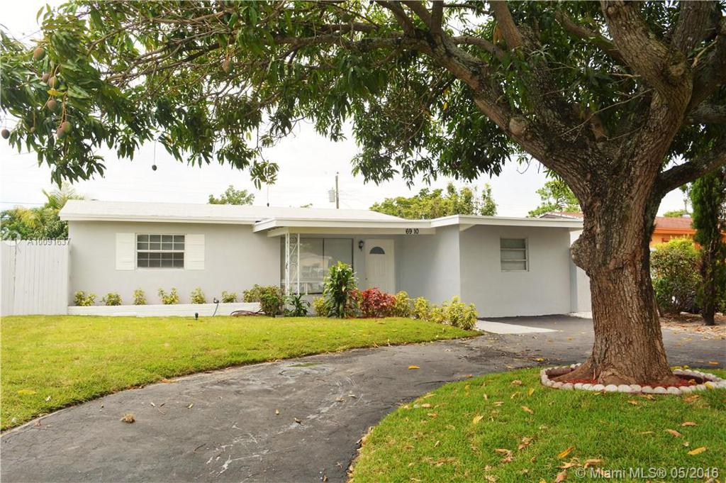 Photo of home for sale at 6910 9th St SW, Pembroke Pines FL