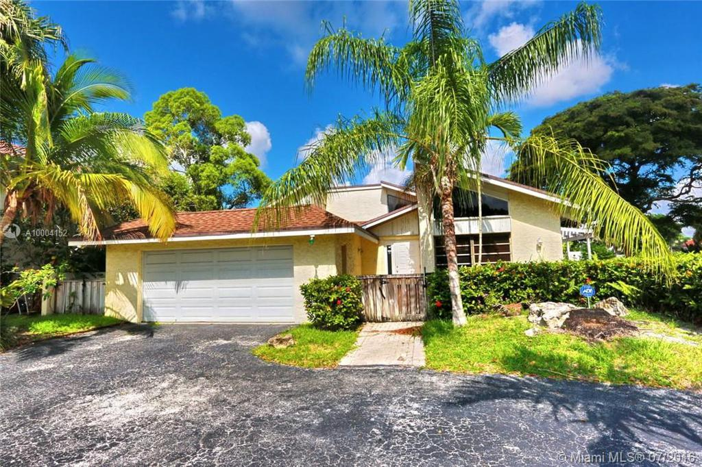 Photo of home for sale at 701 Mockingbird Ln, Plantation FL