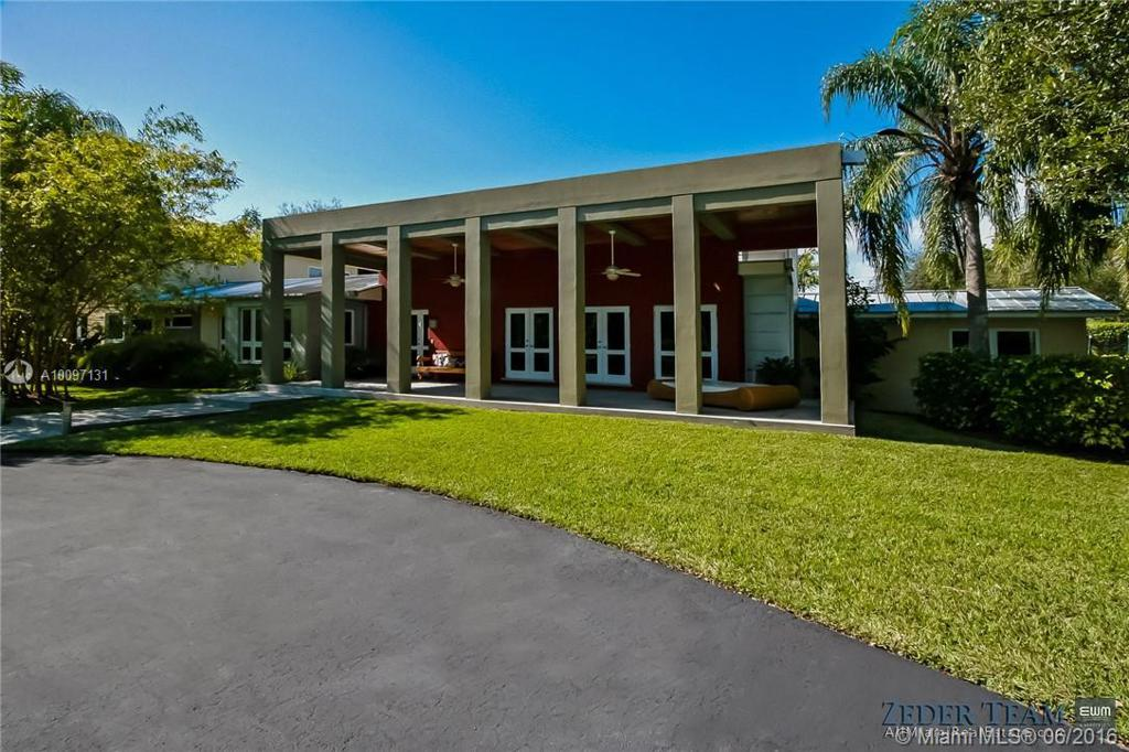 Photo of home for sale at 10650 68th Ave SW, Pinecrest FL