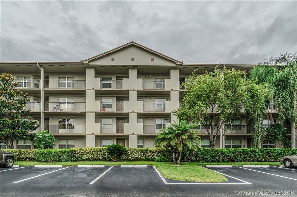 Photo of home for sale at 550 138th Ave SW, Pembroke Pines FL