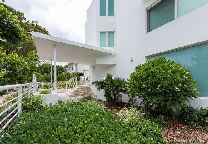Photo of home for sale at 945 Jefferson Ave, Miami Beach FL