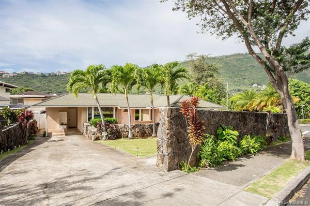 Photo of home for sale at 424 Lawelawe Street, Honolulu HI