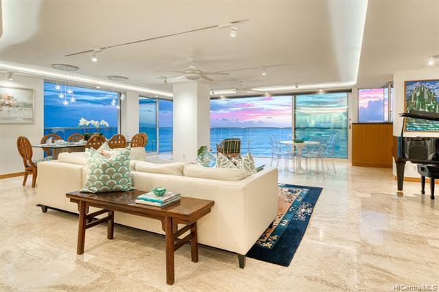 Photo of home for sale at 3003 Kalakaua Avenue, Honolulu HI
