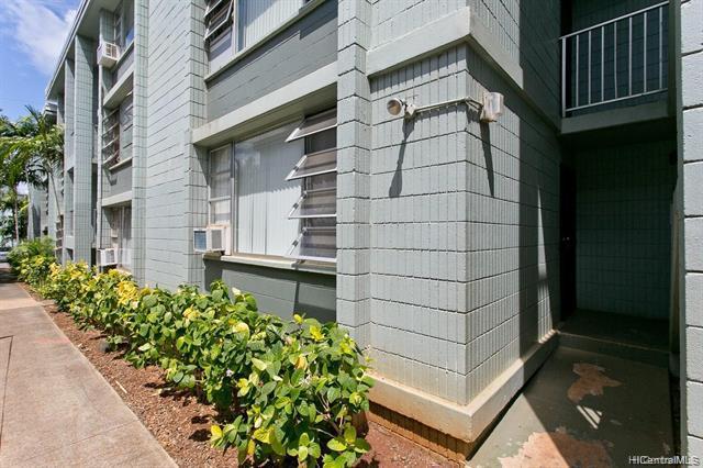 Photo of home for sale at 98-1032 Moanalua Road, Aiea HI