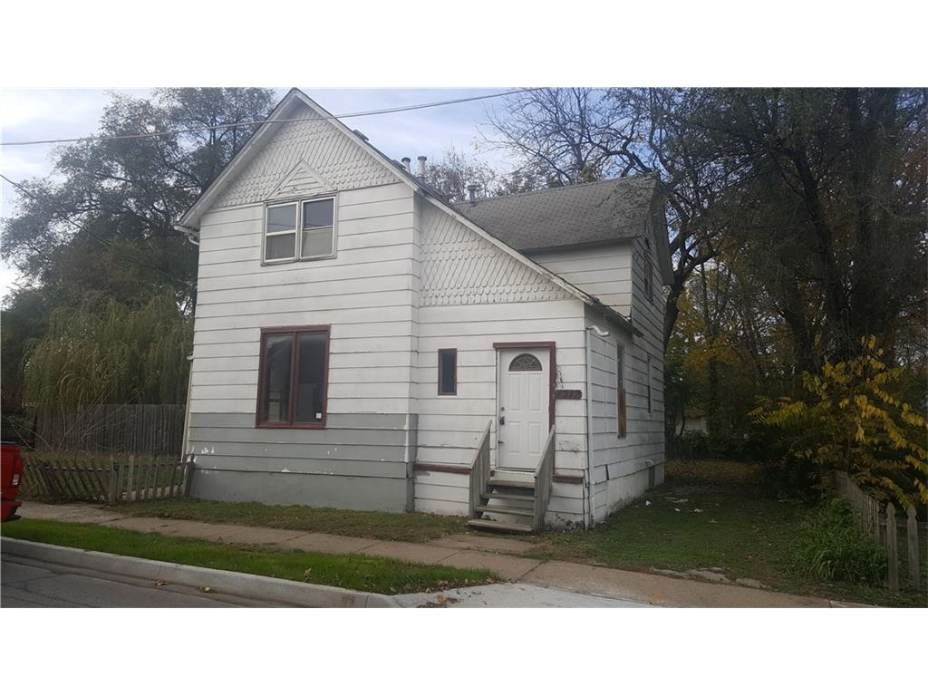 Photo of home for sale at 1312 Cleveland Avenue, Des Moines IA