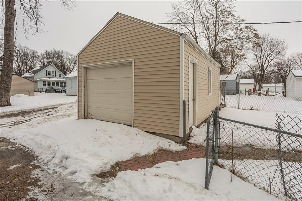 Photo of home for sale at 1416 Alpha Avenue, Des Moines IA