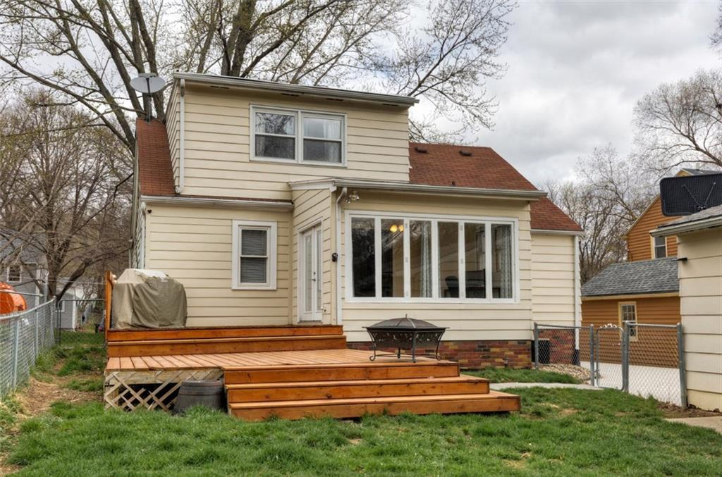 Photo of home for sale at 1210 Loomis Avenue, Des Moines IA