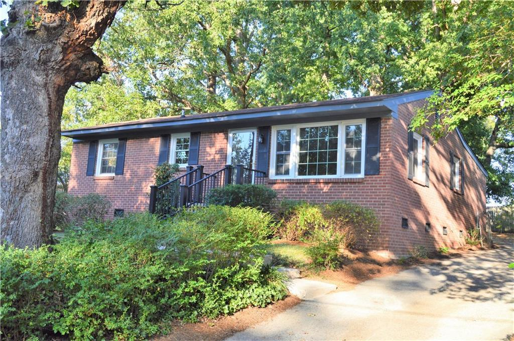 Photo of home for sale at 1814 Woodmere Drive, Greensboro NC