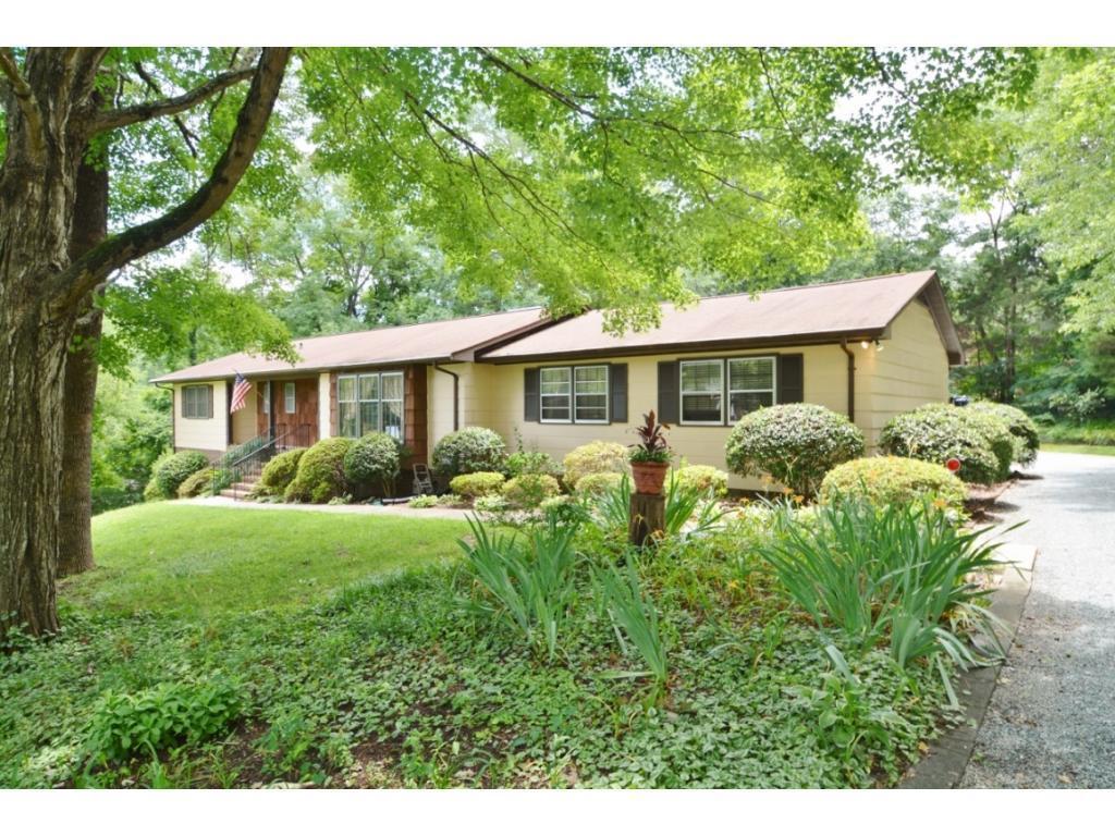 Photo of home for sale at 1916 Delaine Drive, Burlington NC