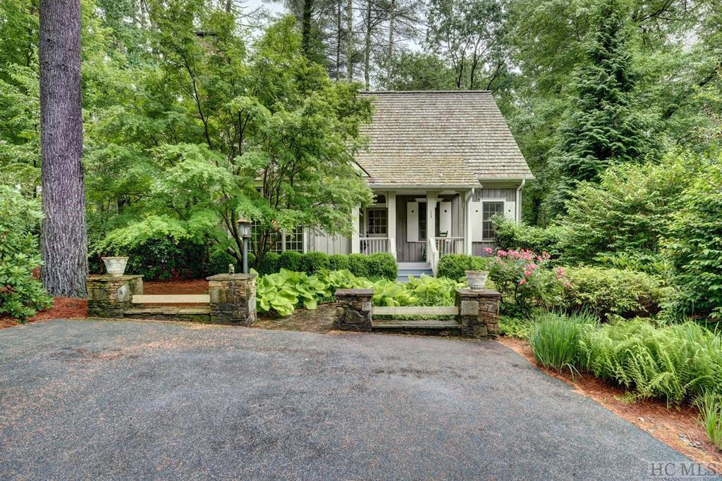 Photo of home for sale at 153 Arrowhead Cottage Road, Cashiers NC