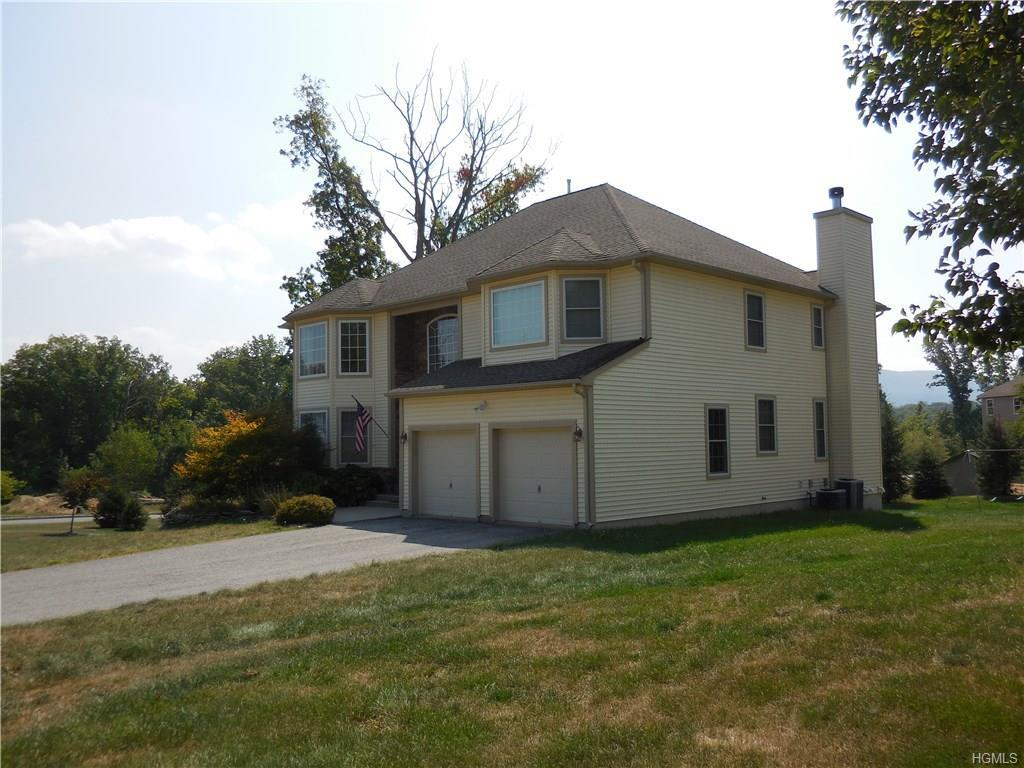 Photo of home for sale at 112 Winding Brook Court, New Windsor NY