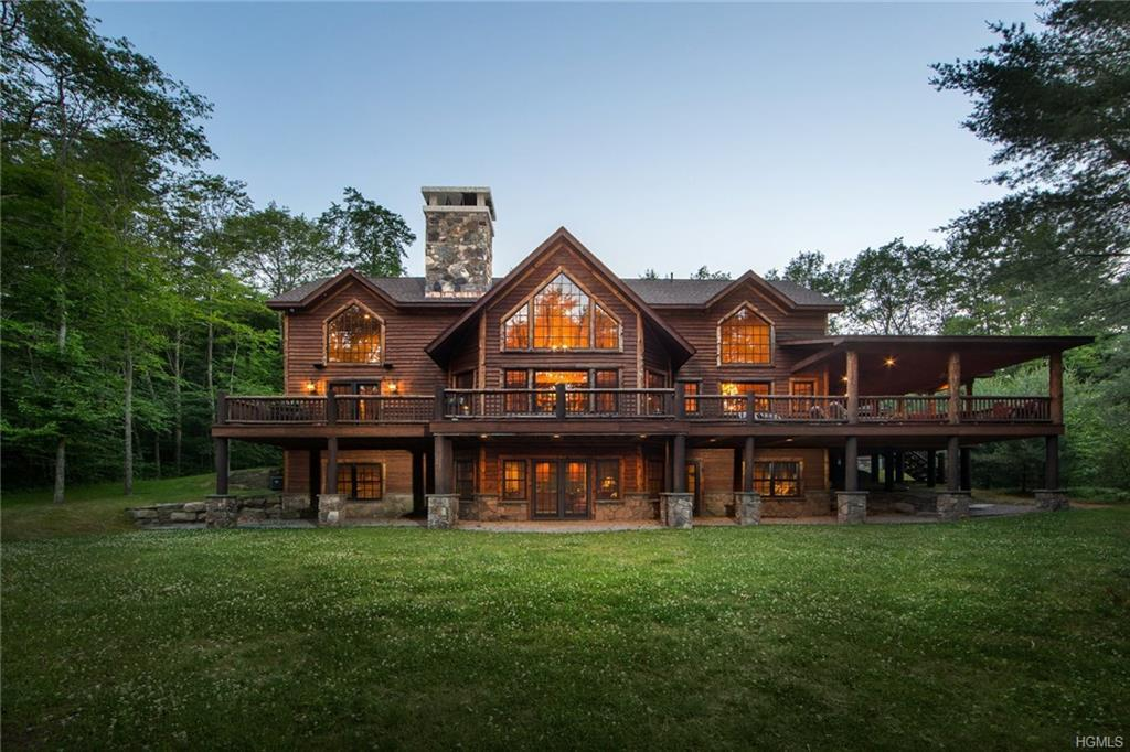Photo of home for sale at 427 Woodstone Trail, White Lake NY