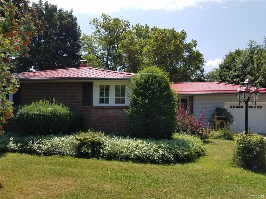 Photo of home for sale at 54 Lincolnshire Drive, Lockport-city NY